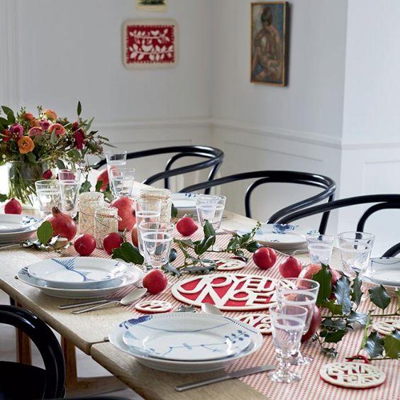 Du papier peint détourné en chemin de table de Noël