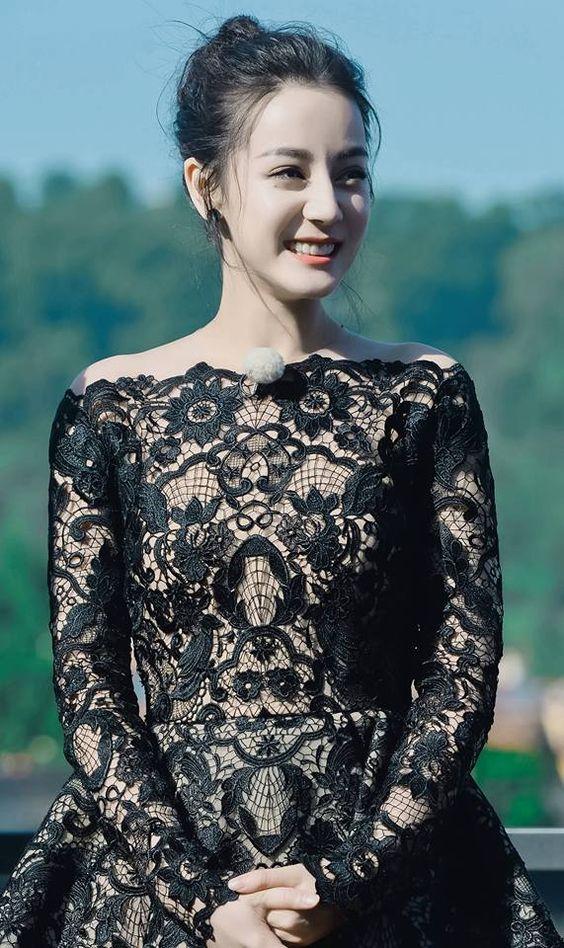 黒いドレスのディリロバ