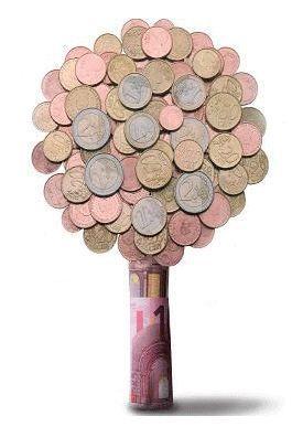 Geldboom maken van ( koper ) munt geld en opgerold briefje geld