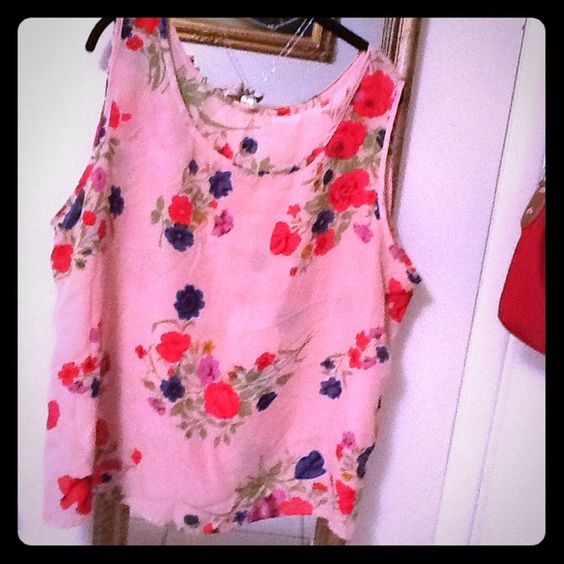 Light pink floral petite top Light pink floral petite top. 100% polyester. Size 1x. Thanks Tops