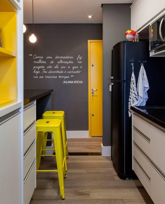 Cozinha em cinza e amarelo e preto. Ótimas dicas e sugestões para uma linda parede de lousa, confira as novidades no site www.thyaraporto.com: