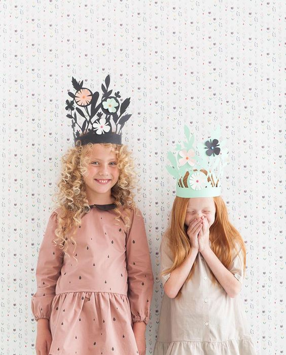 DIY cut paper crowns - ¡Wonderful! Coronas de papel cortado ¡Tenemos que intentar algo así!
