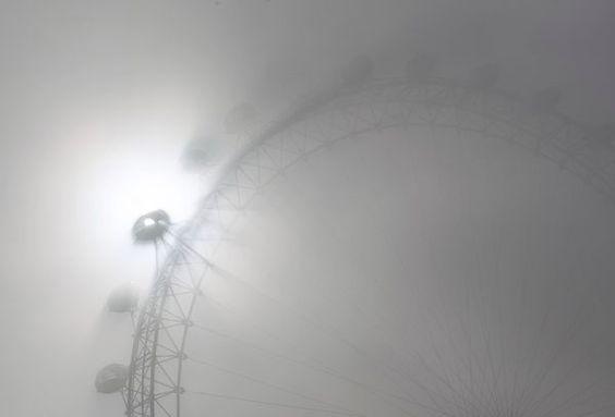Un occhio nella nebbia  Fotografia di Andrew Winning, Reuters    Le cabine del London Eye, la grande ruota panoramica sulla sponda sud del Tamigi, proiettano la loro ombra sulla fitta nebbia mattutina del 15 marzo. Battezzata Millennium Wheel quando fu inaugurata nel 2000, questa popolare attrazione turistica trasporta una media di 3,5 milioni di passeggeri l'anno secondo il sito web EDF Energy London Eye