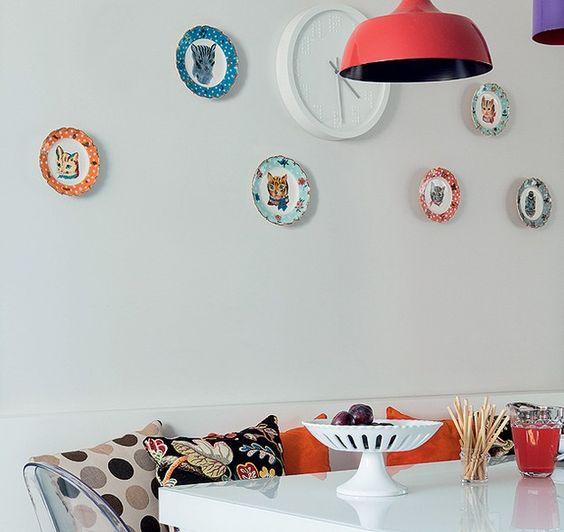 Pela primeira vez num apartamento só seu, a advogada Fabiana Salvadori pode se esbaldar com suas cores, estampas e referências pop. Assinado pela arquiteta Andrea Murao, o projeto tem pratinhos com desenhos de gatos sobre a mesa.