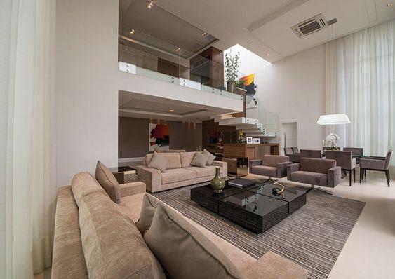 Com uma arquitetura contemporânea, o projeto de interiores desta casa primou pela integração da residência com o verde do lado de fora. Cores neutras favorecem a proposta requintada. Uma residência em um local calmo, para apreciar a natureza e aproveitar os finais de semana e receber a família e os amigos. Assim pode ser definida …