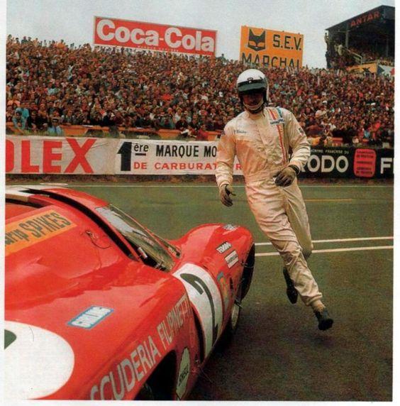 1969 - Jo Bonnier courant vers sa Lola T70 MK3 B pour prendre le départ de l'épreuve..
