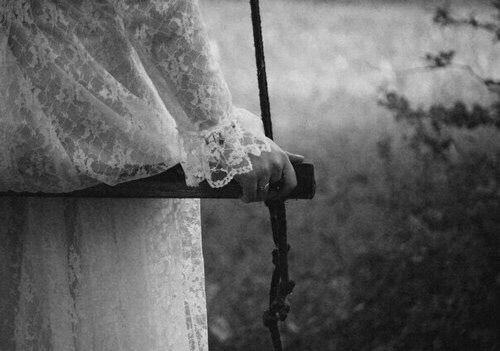 Imagen vía We Heart It #blackandwhite #Darkness #gothic #lace #nature #skin #varnuak