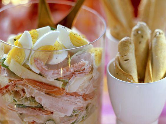 Gemischter Wurstsalat mit Käse, Paprika, Eiern und cremigem Dressing | http://eatsmarter.de/rezepte/gemischter-wurstsalat-mit-kaese-paprika-eiern-und-cremigem-dressing