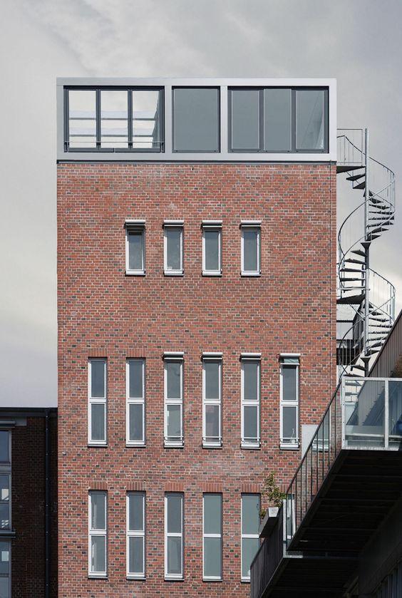 Bielefeld est une ville allemande marquée par son lourd passé industriel. Depuis plusieurs années, une politique de réhabilitation des usines est mise en place. Parmi les nombreux projets, je tenais à vous présenter celui du studio Wannenmacher + Möller GmbH.  Les architectes ont transformé cette ancienne tour de brique en un sublime appartement chapeauté par un magnifique penthouse vitré. Le dernier étage contraste volontairement par sa modernité avec la vieille brique omniprésente dans…
