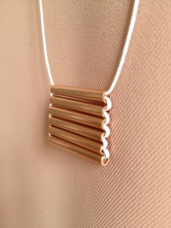 Le collier en cuivre by Auguste & Claire Create a minimalist copper necklace in 5 easy steps! #DIY #copper #necklace                                                                                                                                                     Plus