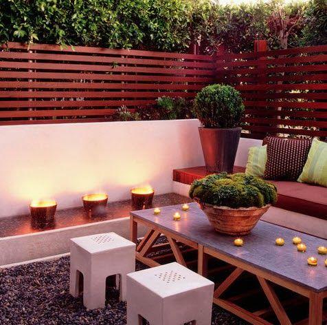 Dise o de terraza con cerco de madera en listones flores for Disenos de terrazas de madera