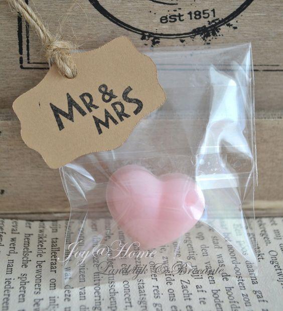 Trouwbedankje. Zakje met zeephartje & label Mr & Mrs of JM in vele kleurtjes
