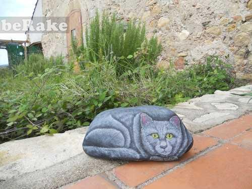 Vendo Piedras pintadas a mano: gato. el tamaño de estas piedras es de 30 cm largo x 20 cm ancho x 20 cm de fondo. peso 4 kg. aprox. se puede...