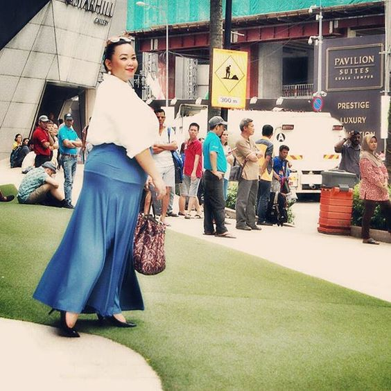 Wow alice skirt with white blouse. by the always confident Vivian