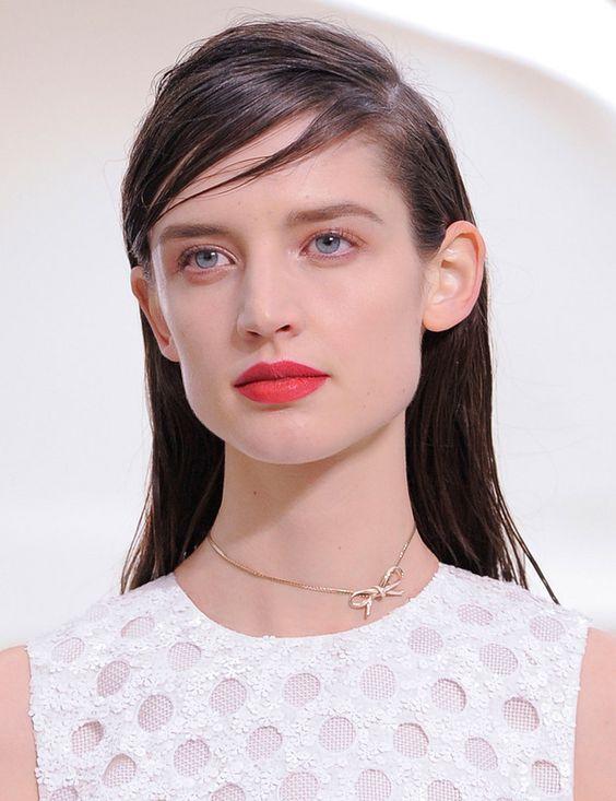 """""""La propuesta 'casual couture' de Christian Dior para por melenas sueltas con la raya a un lado y labios rojos de aspecto cremoso."""" From: elle.com - Christian Dior"""