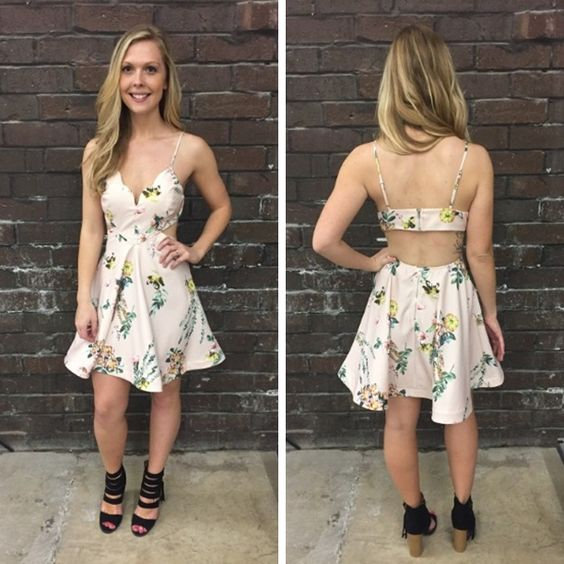 How cute is this little floral, fit and flare? $54 #springfashion #spring  #fashionista #shoplocal #aldm #apricotlaneboutique #apricotlanedesmoines #shopaldm #desmoines #valleywestmall #fashion #apricotlane #newarrival  #shopalb  #ootd #westdesmoines  #shopapricotlaneboutiquedesmoines #ontrend