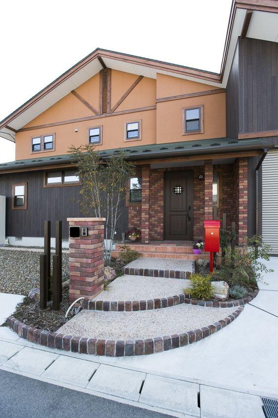 ガレージがある洋風の家 家 外観 家 木造住宅