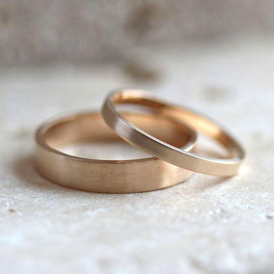 Ein 4 x 1 mm und einem 2 mm x 1 mm flach geschmiedet Band Hand aus 100 % recyceltem 14 Karat Gelbgold gold Draht und angesichts einer gebürsteten