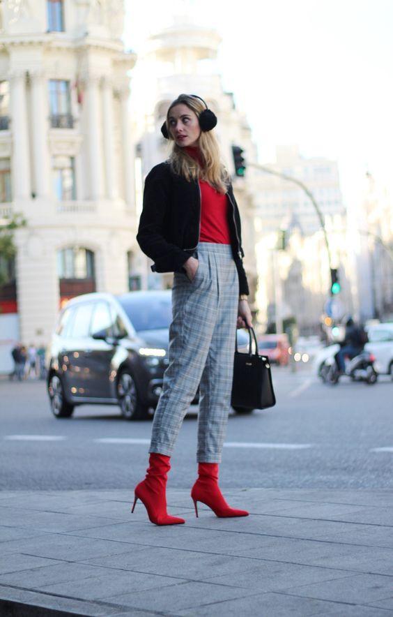 Bomber pana negra Na-Kd, pantalón jogging cuadros Zara, botas altas rojas calcetín mango, bolso mano negro Sienna Jones, orejeras, jersey cuello cisne Stradivarius