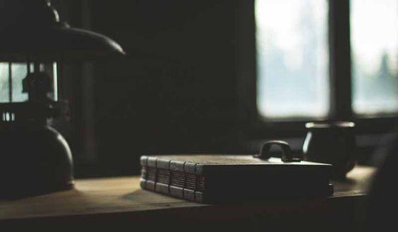 Minimalistyczna, ciekawa fotografia przedstawiająca drewniany album na zdjęcia.
