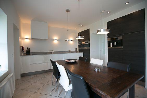 Glanzend Witte Keuken : Glanzend witte greeploos kook-/ spoeldeel met ...