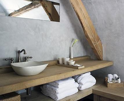 Der Waschtisch ist zentrales Element und prägt den Stil des Badezimmers. (Waschtischlösung auf dem Foto: Eigenbau / Tischler)