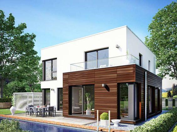 fehér színű ház, fa elemekkel