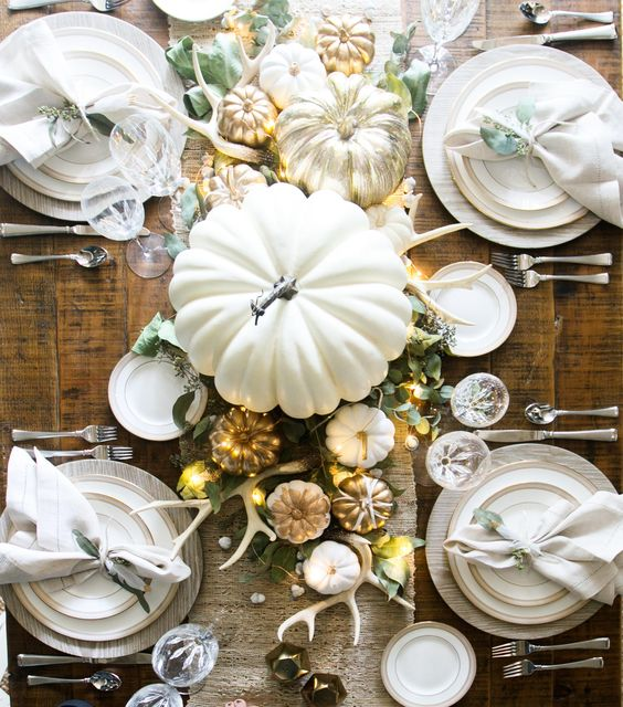 This is the perfect easy and inexpensive Thanksgiving tablescape. It uses things you probably already have on hand and has some simple Thankgiving DIYs that you can do with your kids too.:
