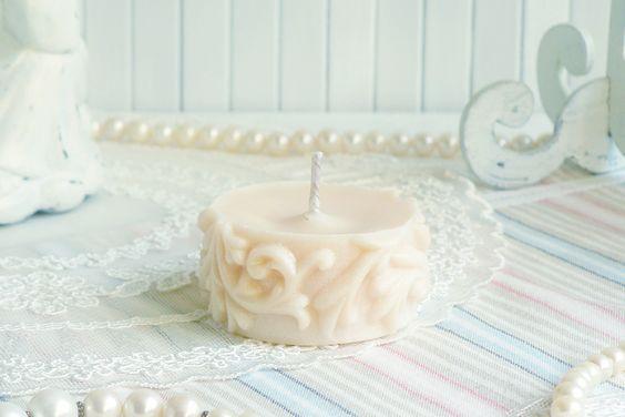 Белая эко резная свеча ручной работы из соевого воска с ароматом жасмина