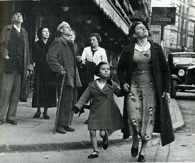 La Guerra Civil Española por Robert Capa.Aviso de bombardeo en Barcelona 1937
