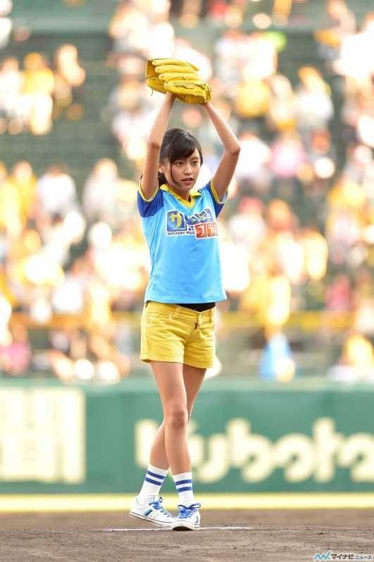 投球式で構えるかわいい小島瑠璃子