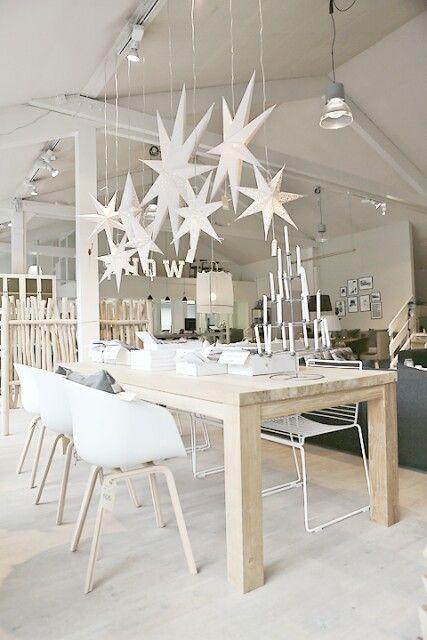 Le bois et le blanc, un duo sûr même dans la salle à manger ! Côté maison. J'aime cette idée de salle à manger toute blanche... ça donne l'impression de manger au calme !: