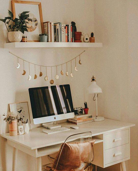 Cantinho de trabalho com fases da lua decorando @urbanoutfitters  #escritorio #HomeOffice #decor #decoração #decoracao #homedecor #detalhe #GostoDisto