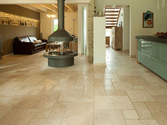 Le salon et la salle à manger ainsi que la cuisine avec un sol en travertin Light