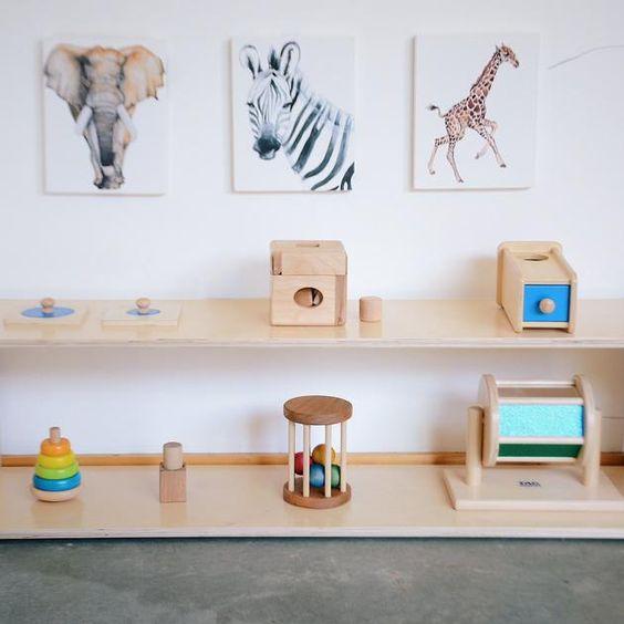 Étagère organisée et minimaliste Montessori