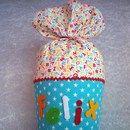 - Kunterbunte Schultüte für kleine Schulanfänger; - Die Tüte ist mit tollem türkisen Sternenstoff aus Baumwolle überzogen; - Der Kranz und die Tütenspitze sind aus farbenfrohem Buchstabenstoff...