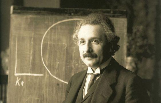 黒板に文字を書いているアルベルト・アインシュタインの壁紙・画像