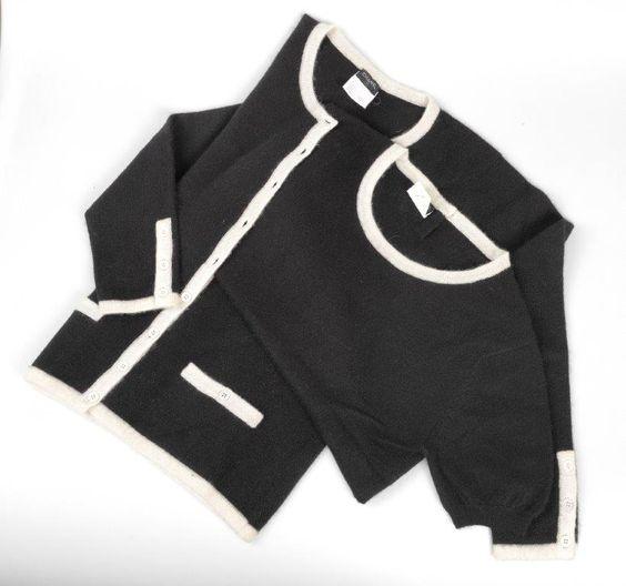 Chanel Auktion Lot 98: Chanel Twinset, schwarzer Strickstoff cremefarben abgesetzt, französische Größe 42 (entspricht der deutschen Größe 40) Mehr Information auf der Website