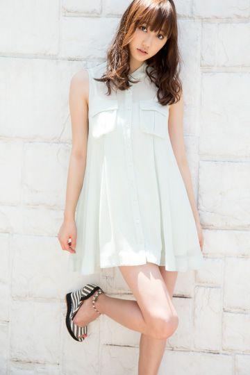白いワンピースを着用し右足を上げている鈴木友菜