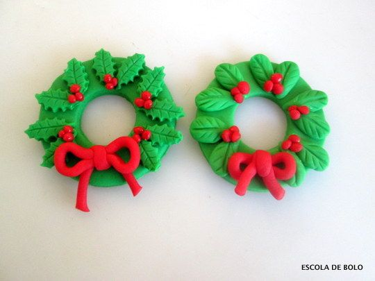 Estas guirlandas em pasta americanas ficam lindas para decorar cupcakes, mini bolos, bolos de Natal e até mesmo a árvore. Neste vídeo você vai aprender a fazer estes mimos.
