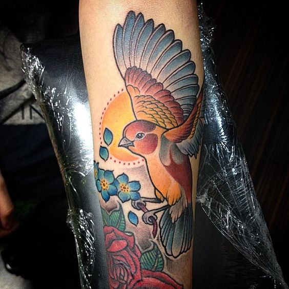 Un #pajarillo para Marcela. Una sesión. #bird #birdtattoo #neotrad #neotradsub #neotradtattoo #neotraditional #tattooworkers #tattooart joyviewer.com