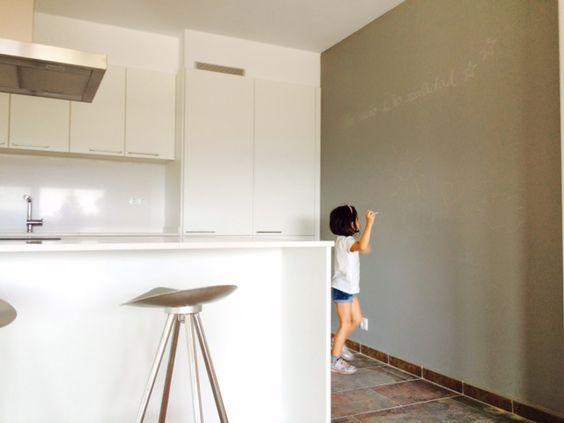 Pared de pintura de pizarra Gris Ratón en la cocina. #cocina #pizarra #pintura