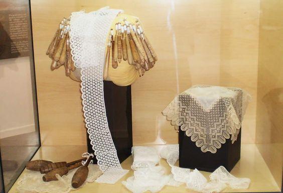 """El encaje de bolillos, una tradición que se conserva en muchos pueblos de Andalucía / The """"encaje de bolillos"""" (lace-making) is a tradition preserved in many villages of Andalucía"""