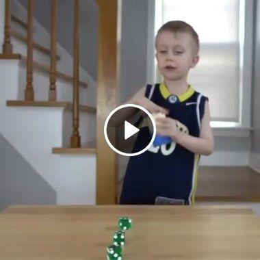 Que habilidade incrível com dominós desse pequeno garotinho