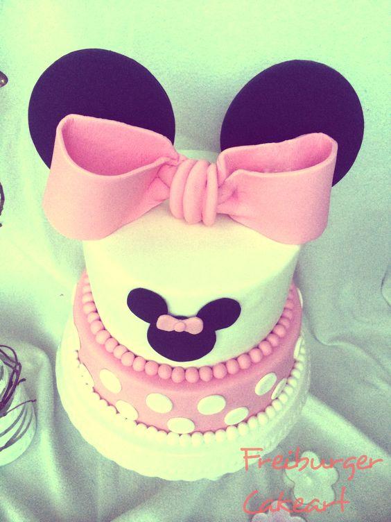 <3 Mickeys lifelong sweetheart Minnie <3 Zum zweiten Geburtstag einer kleinen Maus – die allerdings nicht von Walt Disney stammt – gab es einen ganz speziellen rosa Tortentraum mit großen Ohren! Die untere Tortenetage besteht aus einem super saftigen Schokoladen-Kuchen mit Tonkabohne (dieser Teig hält was er verspricht! Er ist feucht und trotzdem locker und …
