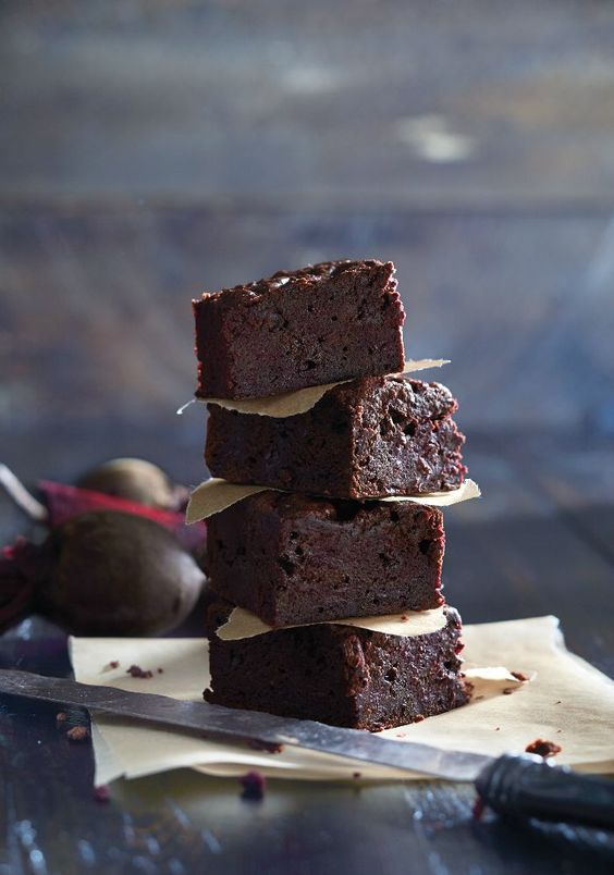 Un des mariages les plus réussis est celui de la betterave et du chocolat. La racine rouge ajoute du moelleux, et des éléments nutritifs, à ces brownies qui vont disparaître comme des petits gâteaux.