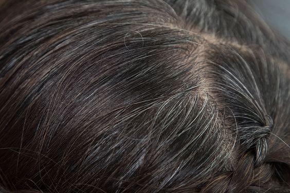 Voici nos 4 astuces pour faire disparaître les cheveux blancs. A cause de carences ou avec le temps, les cheveux blancs apparaissent et nous sommes nombreux à ne pas les supporter. Les teintures sont très utilisées pour les masquer, or elles abîment les cheveux à cause de leurs produits chimiques et en plus elles ne