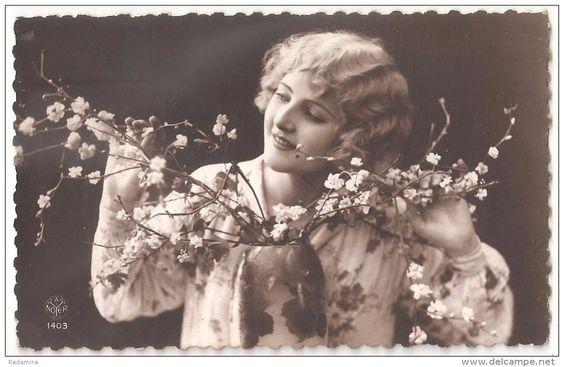 """Carte Postale """"La jeune fille avec le pommier florissant"""" France 1920-30."""