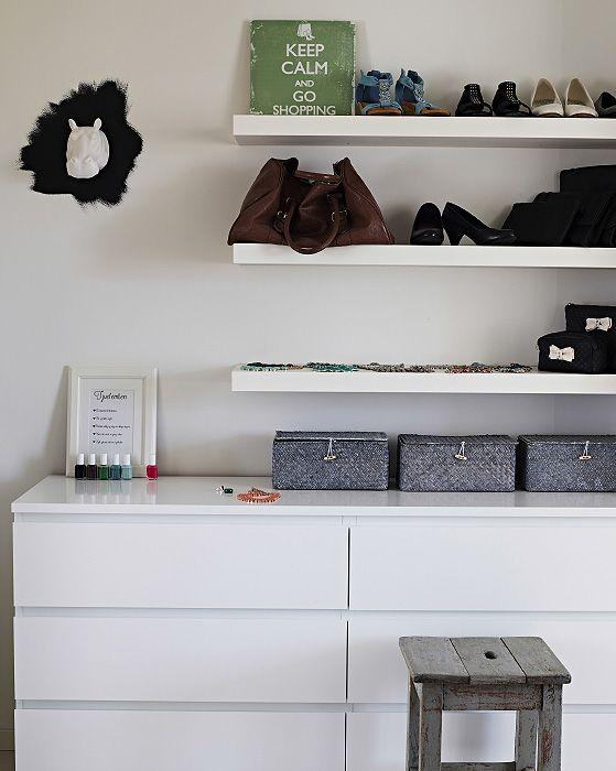 Mit LACK Wandregalen in Weiß lassen sich deine Lieblingsschuhe und -accessoires organisieren und effektvoll präsentieren