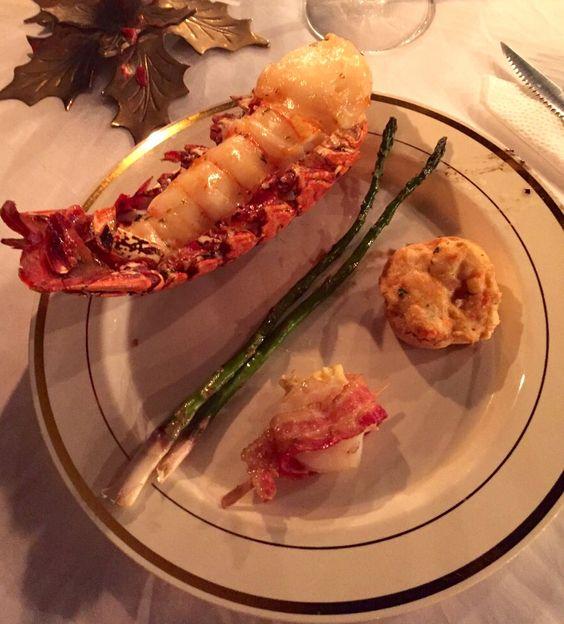 Cola de langosta - camarón envuelto en tocino - esparrago pintado cob mantequilla y ajo - todo a la parrilla - y crab cake al horno para completar el plato